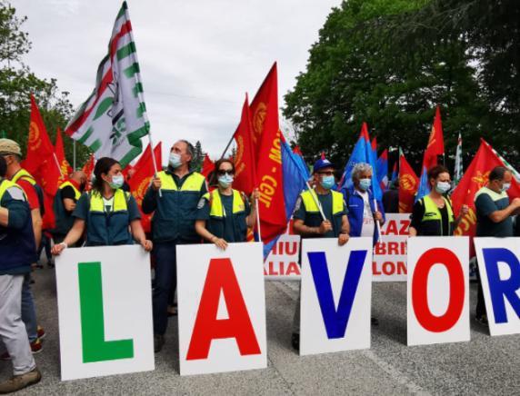 """""""Non chiudete Fabriano"""": centinaia di operai in corteo contro la crisi del distretto industriale"""