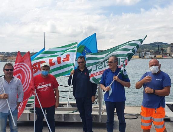 Morti sul lavoro al porto di Ravenna: i sindacati fanno suonare per solidarietà le sirene dello scalo anconetano