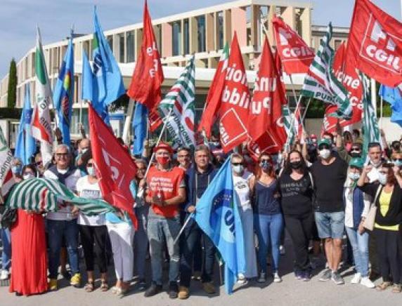 Manifestano i dipendenti del Santo Stefano di Potenza Picena: «Situazione insostenibile»