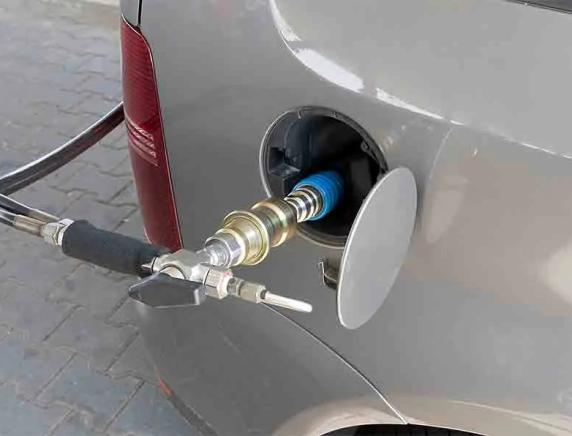 Rincaro del metano per auto, Adiconsum: «Batosta per i consumatori, vigileremo contro speculazioni»